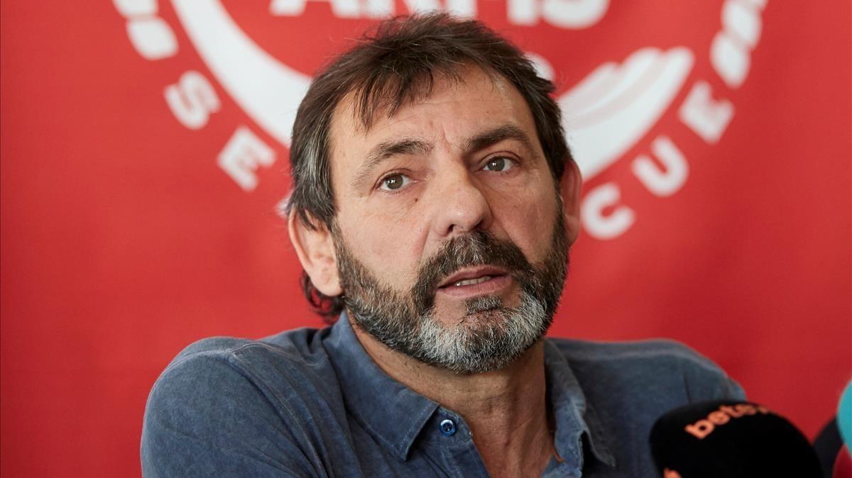 El director y fundador de la oenegé Proactiva Open Arms durante una rueda de prensa este martes 17 de abril en Badalona.