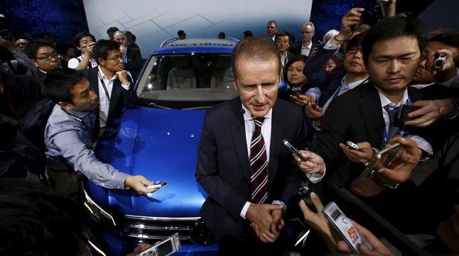 El director de la marca Volkswagen, Herbert Diess, atiende a la prensa tras la presentación del nuevo Tiguan GTE en la Tokyo Motor Show, este miércoles.