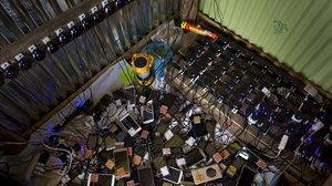 Docenas de teléfonos móviles se cargan en una tienda improvisada en un campo de refugiados rohingya cerca de Kutupalong