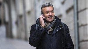 Domènec Torrent habla por teléfono en una calle de Girona.