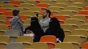 Dos aficionadas saudís siguen la primera semifinal de la Supercopa entre el Valencia y el Madrid en Jeddah.