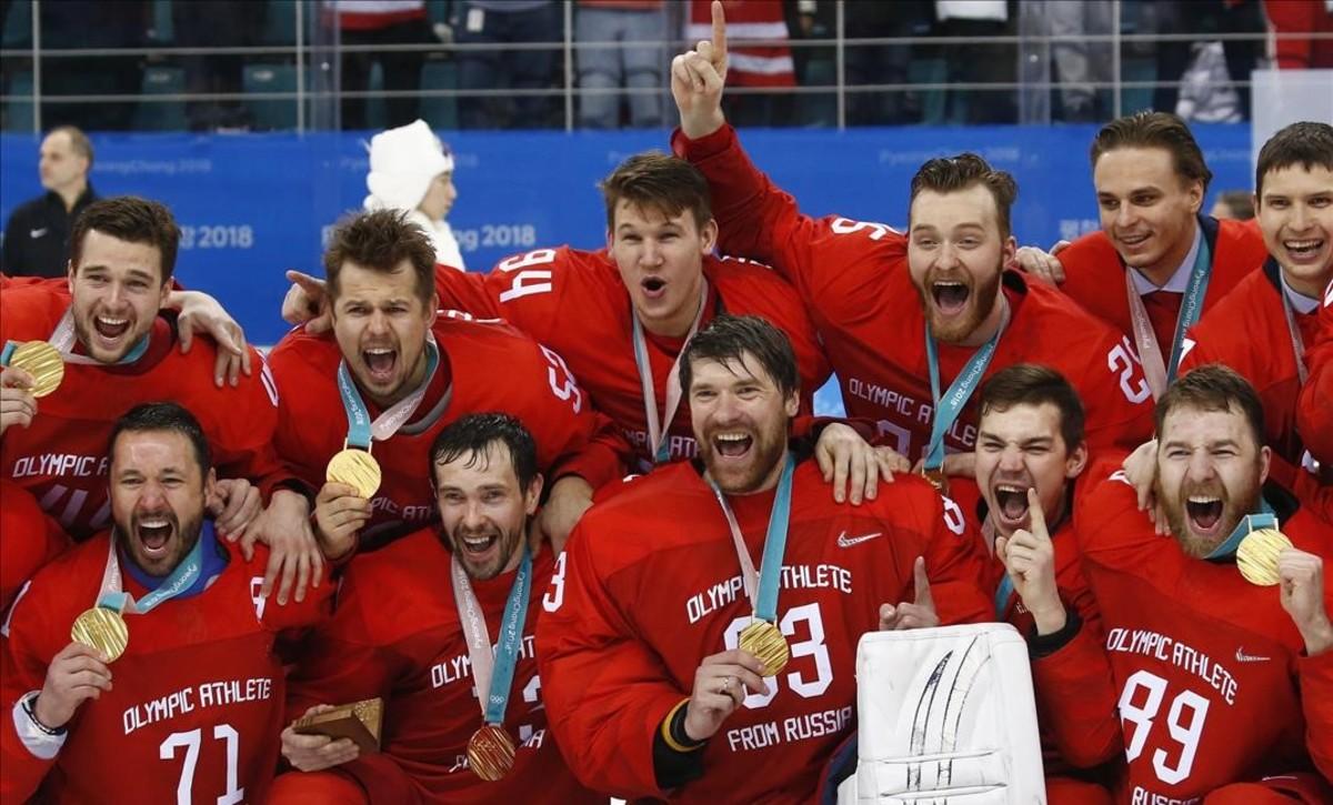 Los jugadores rusos celebran la medalla de oro conquistada ante Alemania.