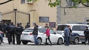 Efectivos policiales junto a la vivienda en la que una mujer de 72 años fue agrediad por presuntamente por su marido en Zaragoza.