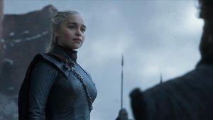 Emilia Clarke, en el papel de Daenerys Targaryen en el último episodio de Juego de tronos.