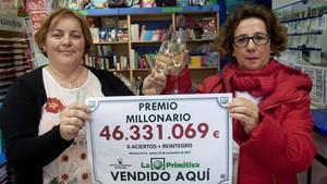 La empleada de la oficina Silvia González Fernández, agraciada con el premio (izquierda), y la propieataia, María Luisa Santos.