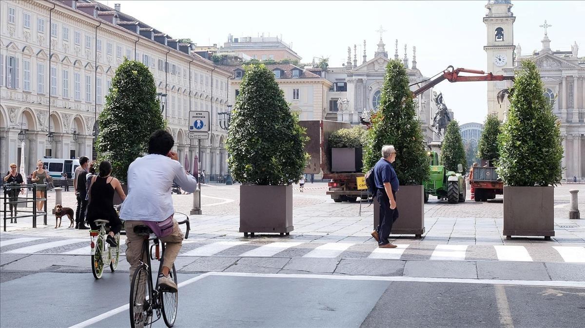 Empleados municipales colocan maceteros en las calles de Turín, como medida antiterrorista,el 24 de agosto.