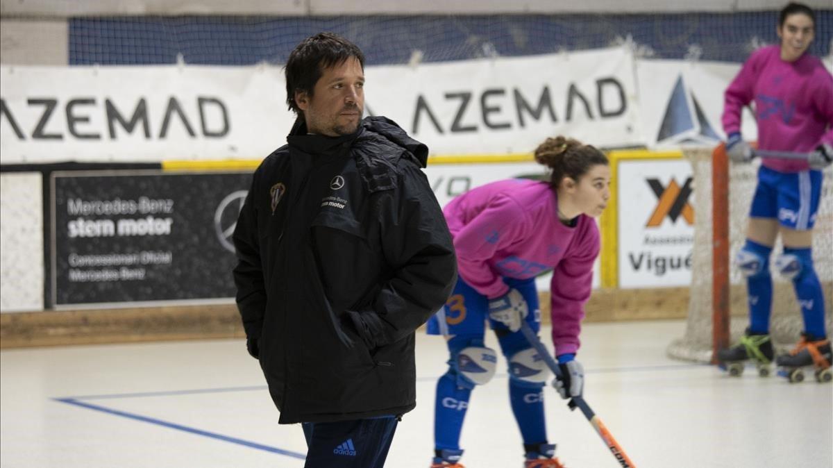 El entrenador, Jefa Rovira, dirigiendo un entrenamiento en Sant Hipòlit.