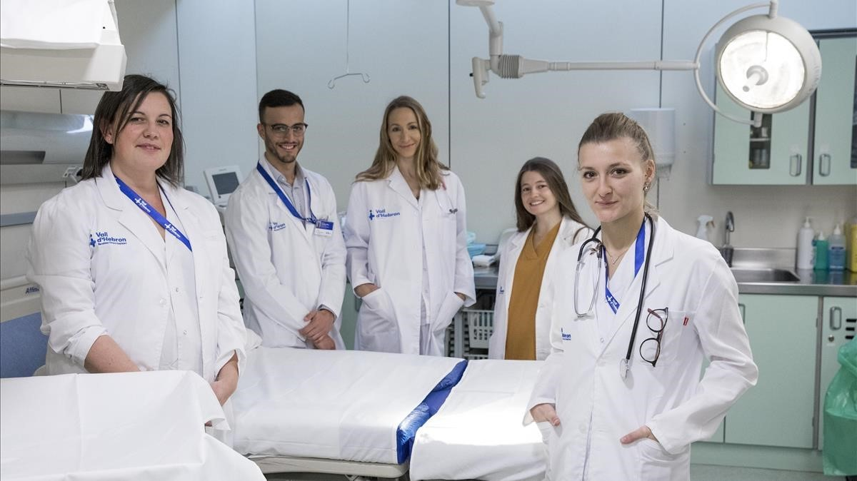 Montse Cubo (primera a la izquierda), con su equipo en la sala de partos del Vall d'Hebron.