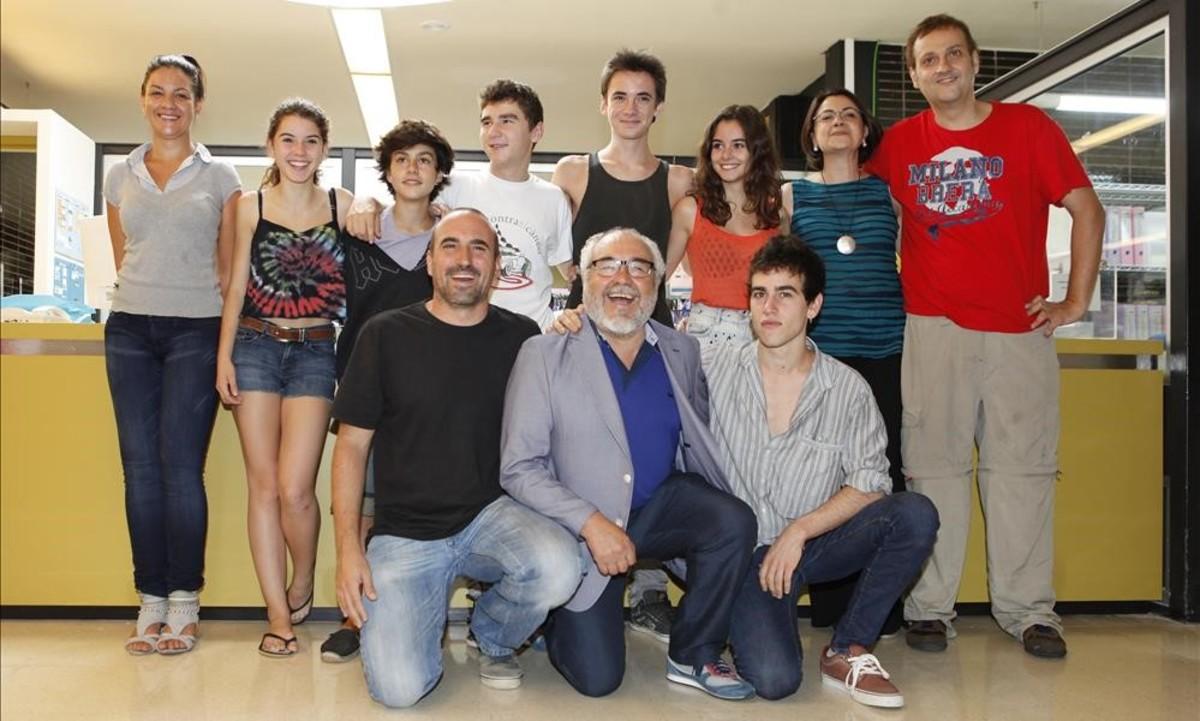 Albert Espinosa (derecha) y el equipo de Polseres vermelles,en el 2012.
