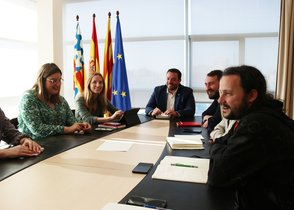 Los miembros del equipo de gobierno de Badalona en la primera reunión que mantienen tras el regreso del alcalde, Álex Pastor.