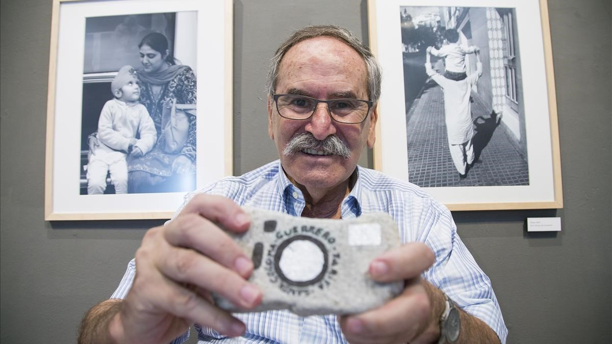 El fotógrafo Joan Guerrero muestra una cámara de fotos dibujada sobre una piedra.