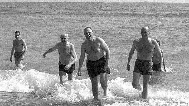 Se cumplen casi 50 años del baño de Fraga con el Meyba en aguas de Palomares (Almería).