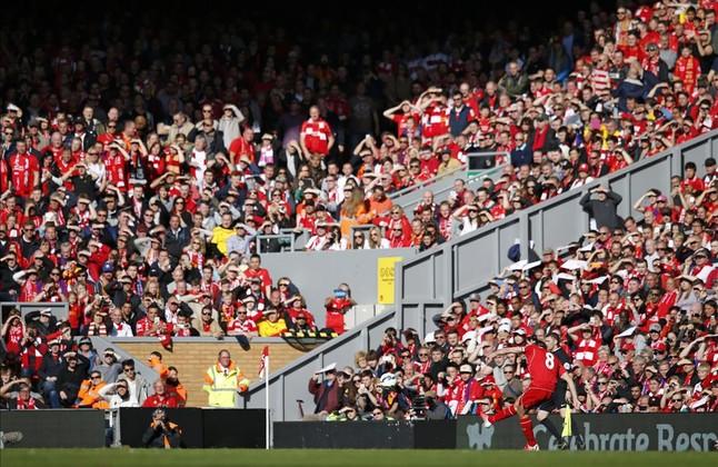 Gerrard sirve una falta ante la grada de Anfield en su último partido como 'red' en el estadio del Liverpool.