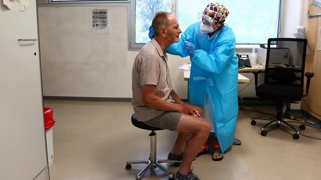 El Gobierno crea una Secretaría de Estado de Sanidad. En la foto, realización de una prueba de coronavirus en un centro de atención primaria de Madrid.