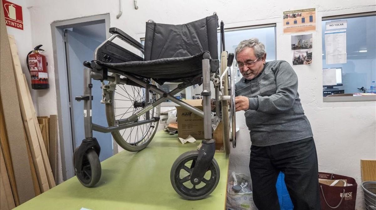 González, voluntario del Banc del Moviment, en el taller