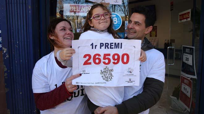 Parte del gordo de la lotería de Navidad de 2019 ha tocado en Barcelona, en la calle de Guipuzcoa, 2