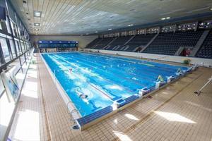 La gran piscina de 50 metros de la Sant Jordi, de las pocas de este tamaño de la ciudad.