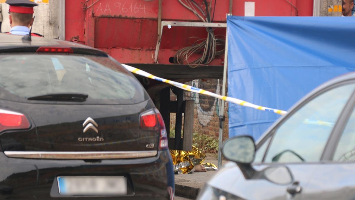 Hallado el cadáver de una mujer bajo un camión en el paseo de Can Tunis de Barcelona.