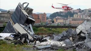 Un helicóptero sobrevuela la zona de la tragedia.