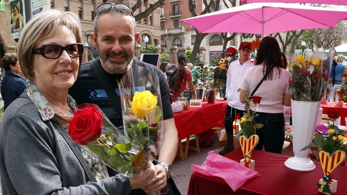 Un hijo regala dos rosas a su madre, en la Rambla de Tarragona.