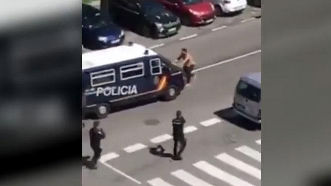 Un hombre ataca con dos catanas a la Policía Nacional en Madrid pidiendo ser atendido por el coronavirus.