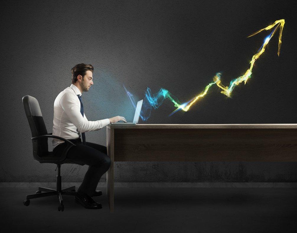 Hombre frente al ordenador aumentando su rendimiento.