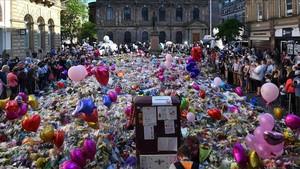 Homenaje a las víctimas del atentado en Saint Ann Square, en Manchester.