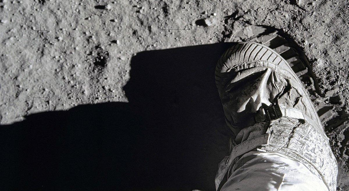 La huella y la bota del astronauta Buzz Aldrin, el segundo hombre en pisar la Luna, en julio de 1969.