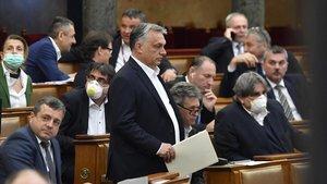 El primer ministro de Hungría, Viktor Orbán, de pie, ayer lunes en el Parlamento húngaro, en Budapest.