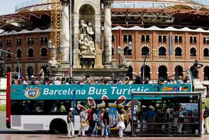Imagen de un grupo de turistas subiendo al Bus Turístic de Barcelona.