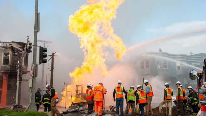Impresionante fuego por la explosión de una tubería de gas en San Francisco.