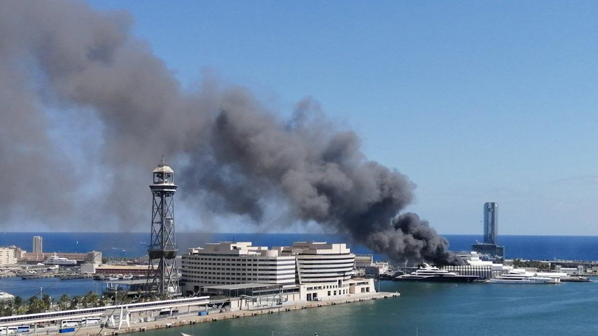 Incendio en el puerto de Barcelona.