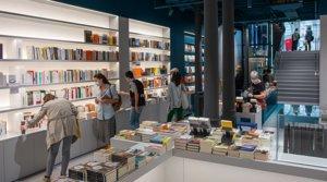 Interior de la nueva librería Ona, en la calle de Pau Clarís de Barcelona, el 25 de mayo, día de su apertura.