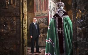 El presidente ruso Vladimir Putin asiste a un servicio presidido por el patriarca ortodoxo ruso Cirilo I después de ñla investidura