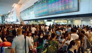 Viajeros varados en un aeropuerto de Tokio.