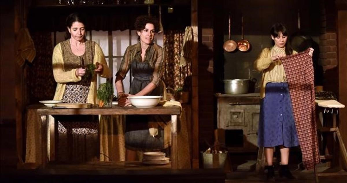 Nora Navas, Marta Marco y Carlota Olcina, en una escena de Dansa dagost, que dirige Ferran Utzet en la Biblioteca de Catalunya.
