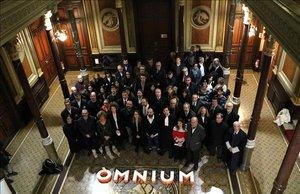 El vicepresidente de Òmnium Cultural, Marcel Mauri, junto a juristas en el Ilustre Colegio de Abogados de Barcelona.