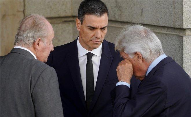 Juan Carlos I, Pedro Sánchez y Felipe González, en la capilla ardiente de Rubalcaba.