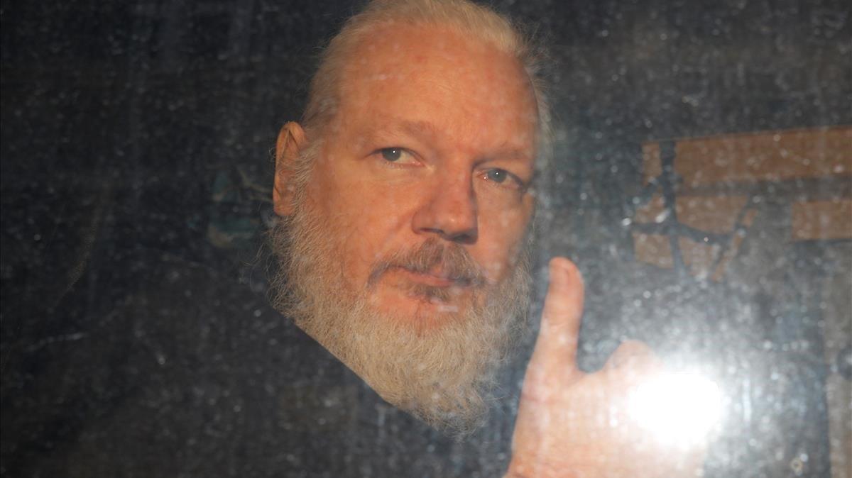 Julian Assange, a su salida de las dependencias policiales en Londres.