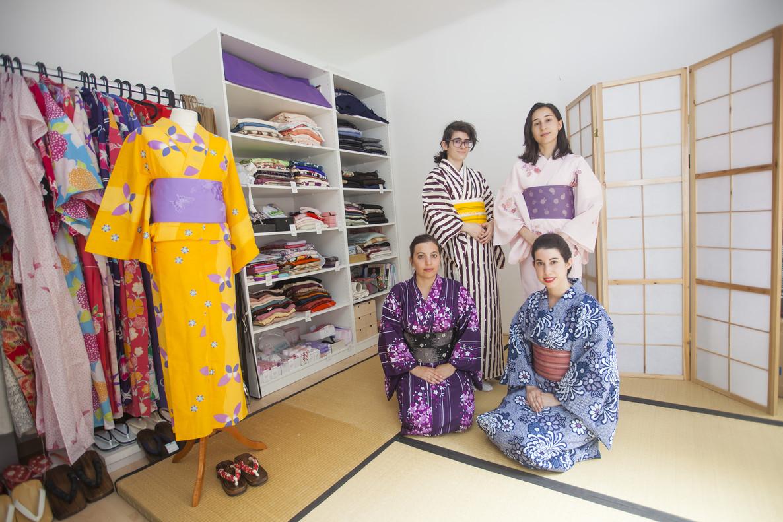 A la izquierda: Laura y Ariadna, de pie, y María y la profesora Laura Maraver (yukata azul claro), sentadas.