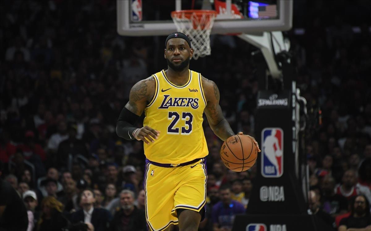 Lebron James conduce el balón en el partido inaugural de la temporada de los Lakers