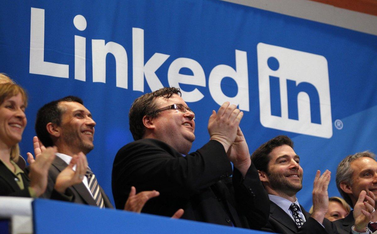 El fundador de LinkedIn, Reid Garrett Hoffman, aplaude junto al CEO de la compañía, Jeffrey Weiner.