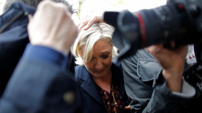 Llancen ous a Marine Le Pen, en campanya al nord de França.