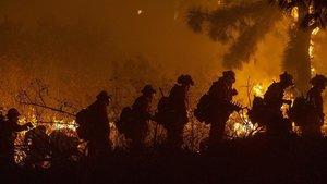 Bomberos en el incendio deLos Ángeles, cerca de Sepulveda Boulavard.