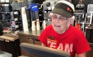 Loraine Maurer empezó a servir hamburguesas hace 44 años.
