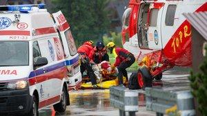 Los equipos de rescate polacos asisten a una persona alcanzada por la tormenta eléctrica en Zakopane, este jueves.
