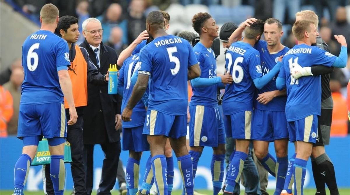 Los futbolistas del Leicester celebran su victoria ante el Swansea
