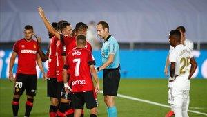 Los jugadores del Mallorca protestan a Melero López por la falta no señalada de Carvajal antes del gol de Vinícius.