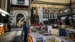 Los puestos de Sant Jordi, instalados ya el sábado en la plaza de la Vila de Badalona.