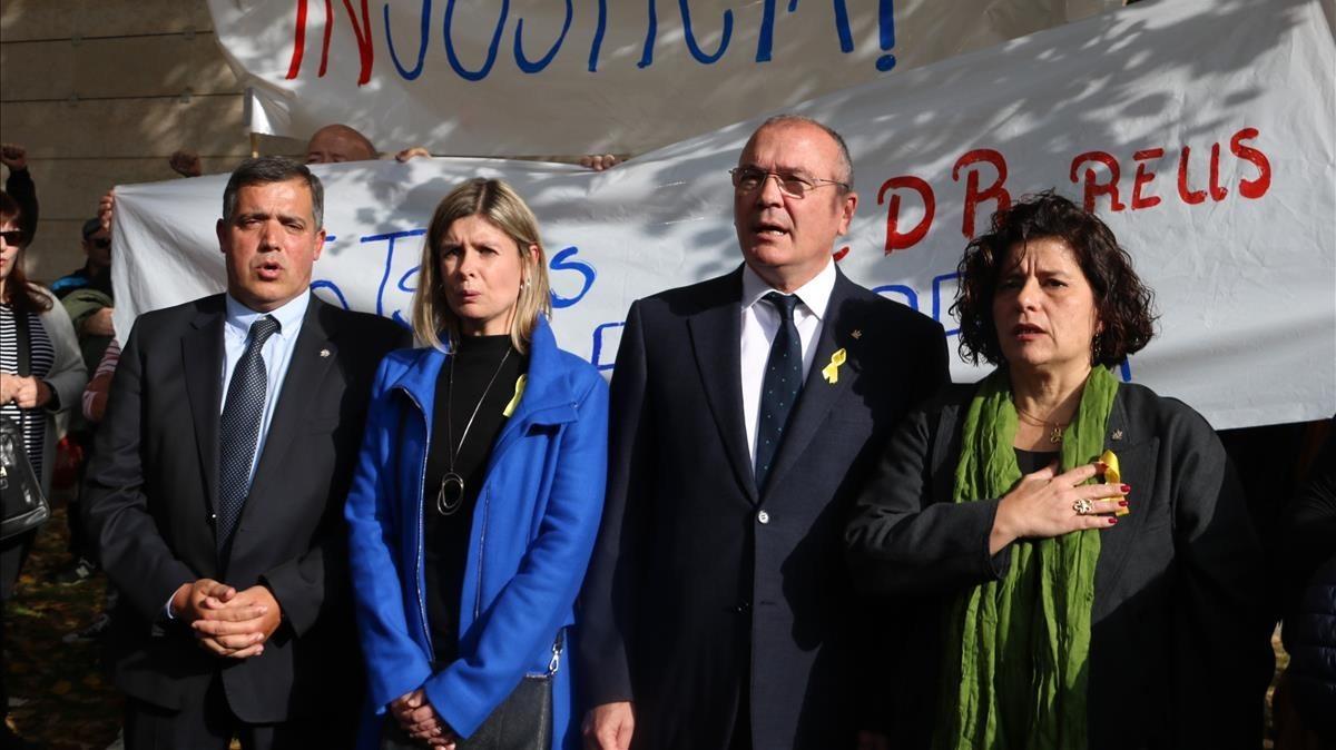 Los tres portavoces investigados junto con el alcalde cantando Els Segadors tras salir del juzgado de Reus.